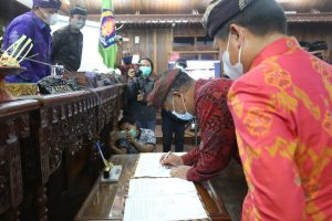 Captions:  Penandatanganan Nota Kesepakatan KUA PPAS Perubahan APBD Tahun 2021 oleh Bupati Klungkung, I Nyoman Suwirta dan Ketua DPRD Kabupaten Klungkung, Anak Agung Gde Anom.